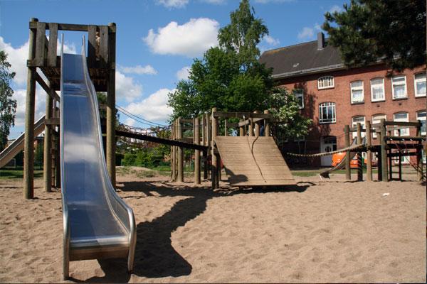 Die Spielgeräte auf dem hinteren Schulhof