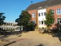 Der vordere Schulhof mit Blick auf den Altbau